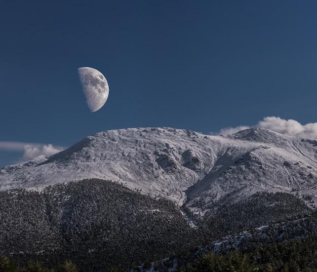 Maan op de bergen