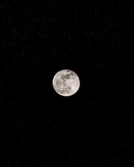 Maan op donkere hemel