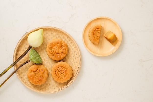 Maancake traditionele cake van vietnamees - chinees medio herfstfestival. tekst op taart betekent geluk.