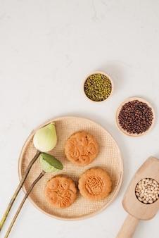 Maancake traditionele cake van vietnamees - chinees medio herfstfestivalvoedsel. vertaling op ronde maancake
