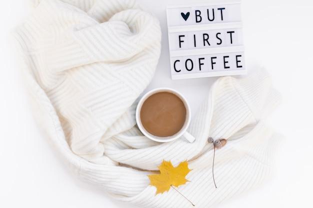 Maar eerste koffietekst op lightbox met coffee cup