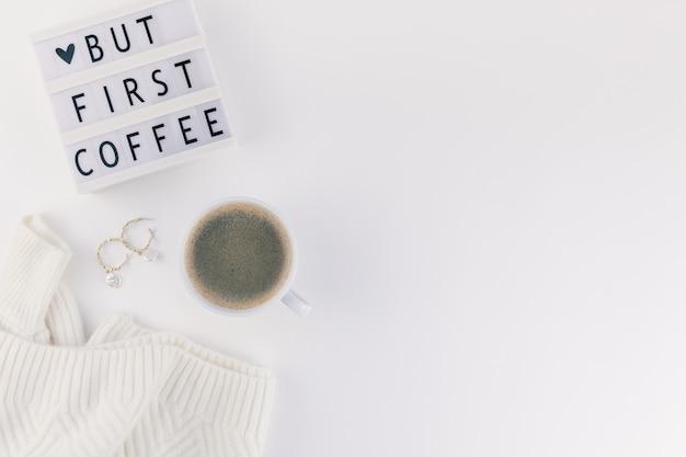 Maar eerste koffietekst op lightbox met koffiekop en witte achtergrond