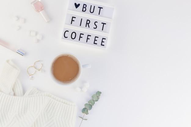 Maar eerste koffietekst op lightbox met koffiekopje en copyspace