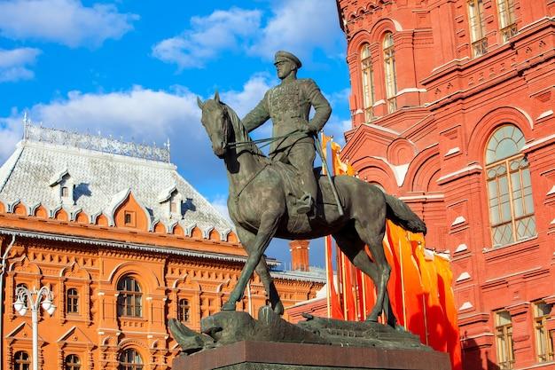 Maarschalk zhukov monument in de buurt van het rode plein in moskou, rusland