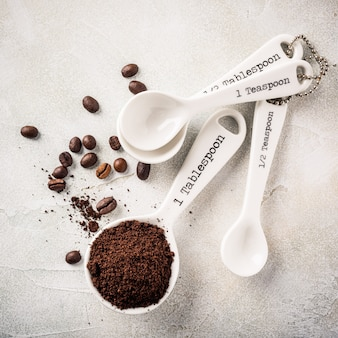 Maatlepels met gemalen koffie