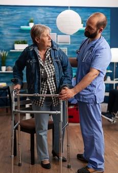 Maatschappelijk assistente man werknemer helpen gepensioneerde gehandicapte senior vrouw