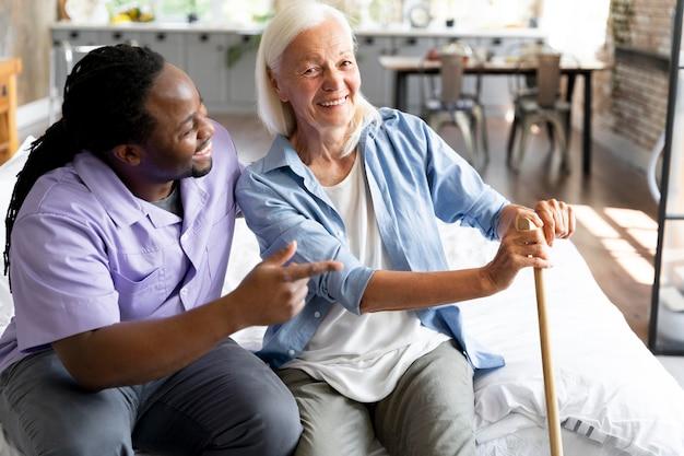 Maatschappelijk werker die voor een oudere vrouw zorgt