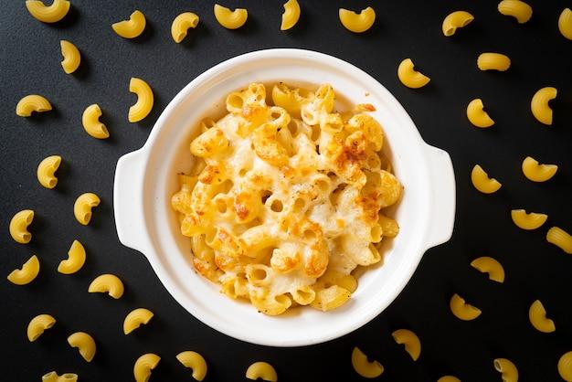 Mac en kaas, macaroni pasta in kaasachtige saus. amerikaanse stijl
