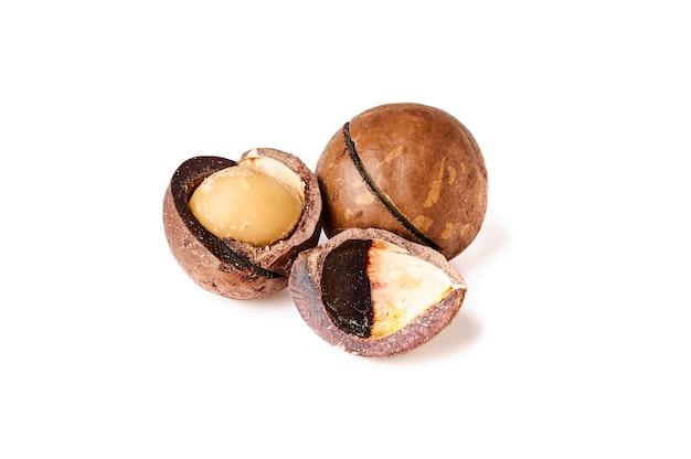 Macadamia noten geïsoleerd op een witte achtergrond close-up