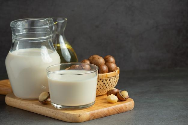 Macadamia witte melk klaar om te serveren
