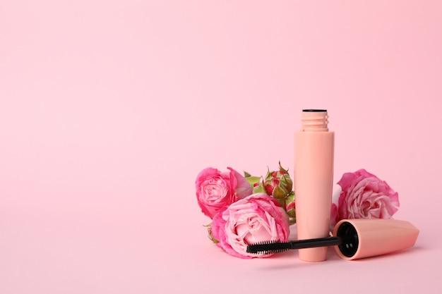 Macara en bloemen op roze achtergrond. vrouwelijke accessoires