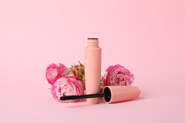Macara en bloemen op roze achtergrond