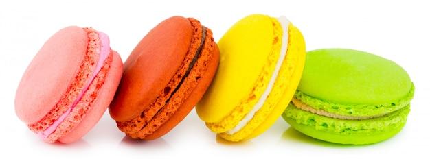 Macaron of macaroon ,. kleurrijke amandelkoekjes op dessert bovenaanzicht