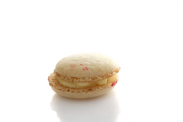 Macaron op witte achtergrond wordt geïsoleerd die