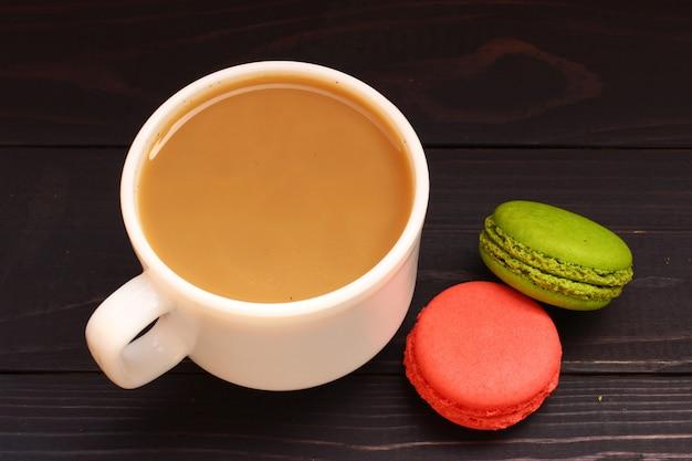Macaron-snoepjeskoekjes en koffie met melk