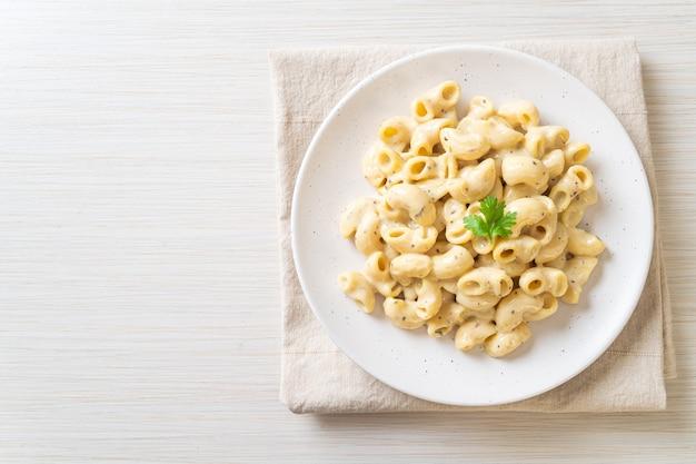 Macaroni en kaas met kruiden in kom
