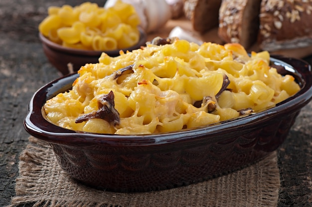 Macaroni met kaas, kip en champignons gebakken in de oven