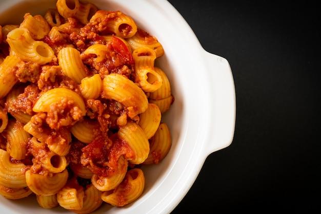 Macaroni met tomatensaus en varkensgehakt, american chop suey, american goulash