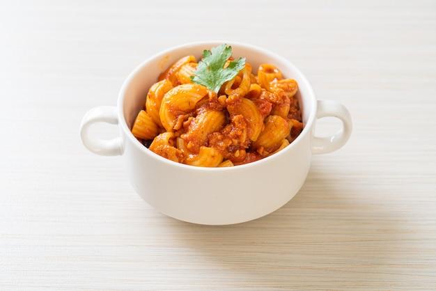 Macaroni met tomatensaus en varkensgehakt, american chop suey, amerikaanse goulash