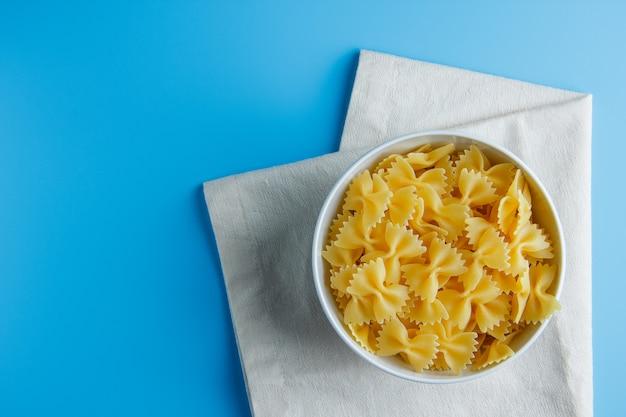 Macaroni pasta in een kom op een doek