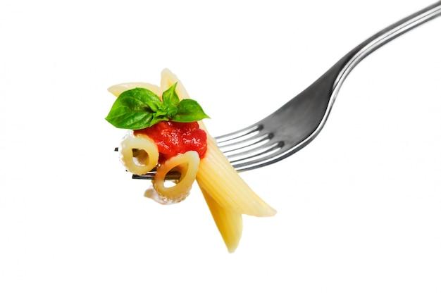 Macaronideegwaren op vork die op witte achtergrond wordt geïsoleerd