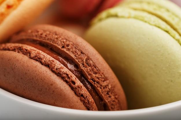 Macaronkoekjes met verschillend kleur het vullen close-up, macro.