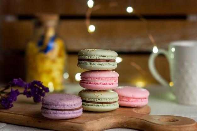 Macarons en kopje koffie op houten tafel