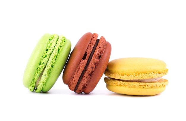 Macarons geïsoleerd in witte ruimte. kleurrijke bitterkoekjes. zoete macarons.