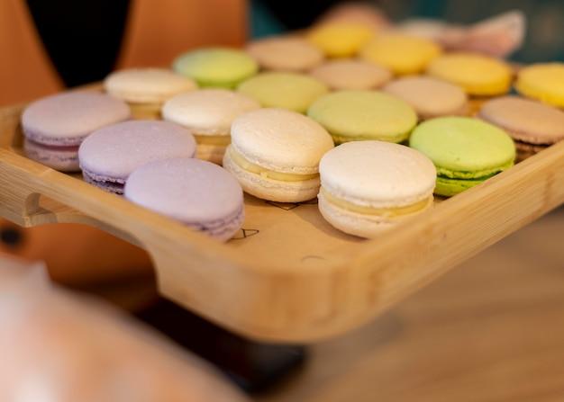 Macarons met hoge hoek op dienblad