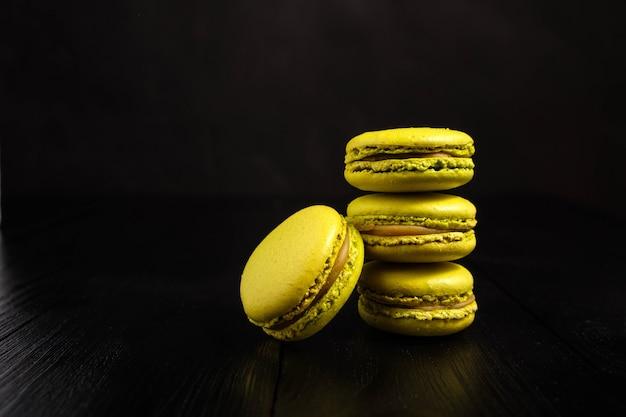 Macarons met pistachesmaak op een donkere ondergrond