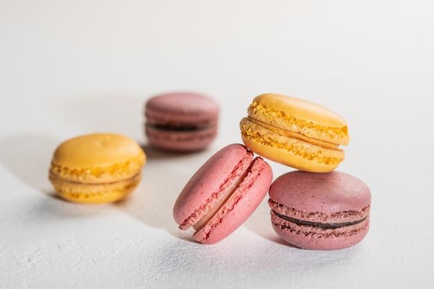 Macarons op wit oppervlak kleurrijke franse desserts selectieve aandacht