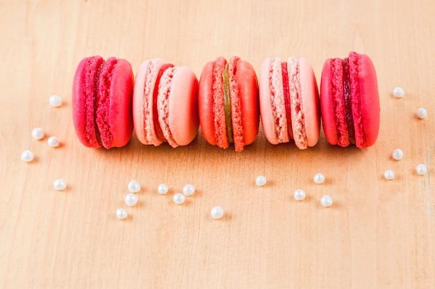 Macarons van aardbei, framboos en rabarber
