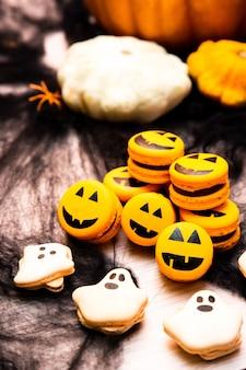 Macarons voor halloween-vakantiefeest, creatief idee voor halloween-traktaties, grappige macaronkoekjes.