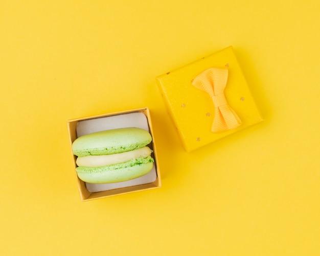 Macaroon in een gele doos bovenaanzicht