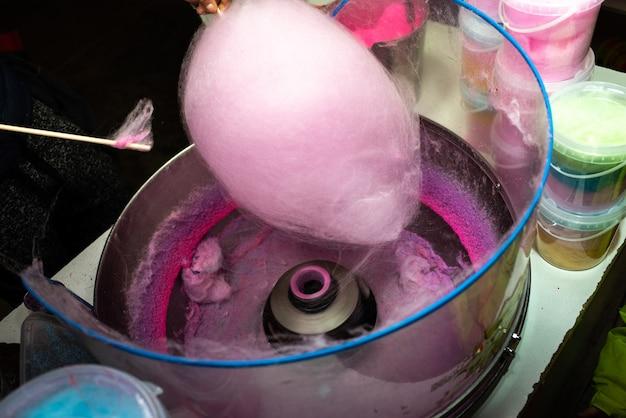Machine om suikerspin te maken door de roze suiker te draaien en te roosteren