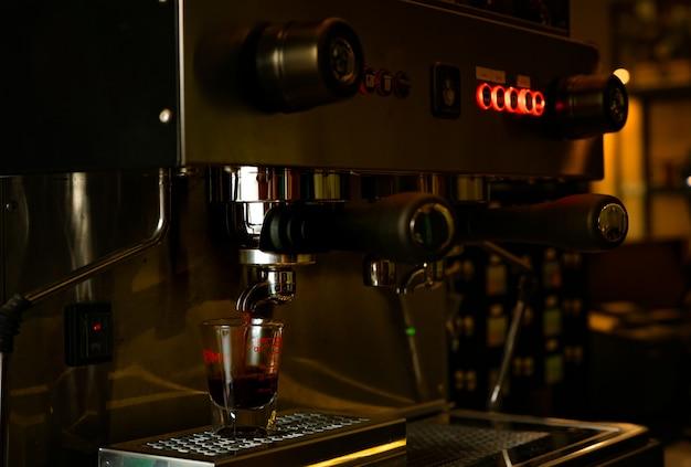 Machine van de close-up de professionele koffie in koffiewinkel. koffiezetapparaat voor het maken van espresso, americano, latte en cappuccino. aanrecht bar van coffeeshop. modern hulpmiddel voor barista.