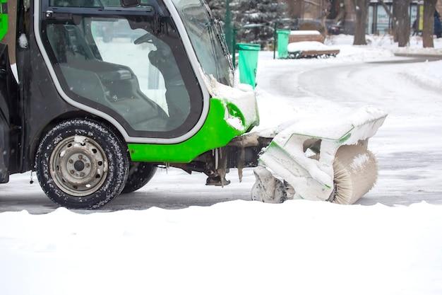 Machine voor het reinigen van sneeuw op straat in de stad reinigt de weg