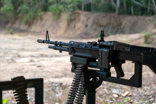 Machinegeweer automatisch wapen voor mensen die schieten in cu chi-tunnels