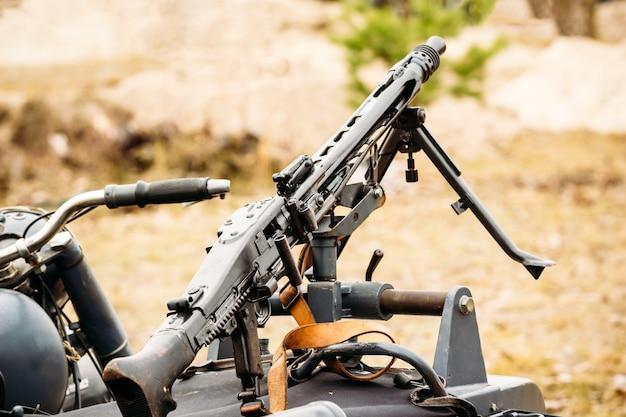 Machinegeweer mg-42 op een motorfiets