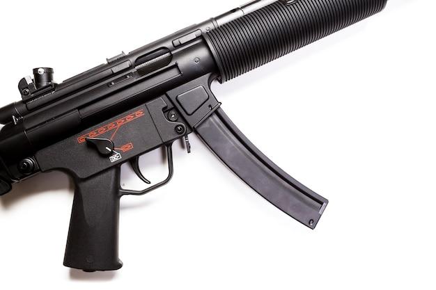 Machinepistool mp5 met geluiddemper geïsoleerd