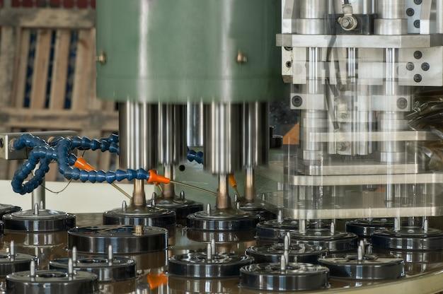 Machines en apparatuur voor het inrijgen van metalen deksels voor autofilters