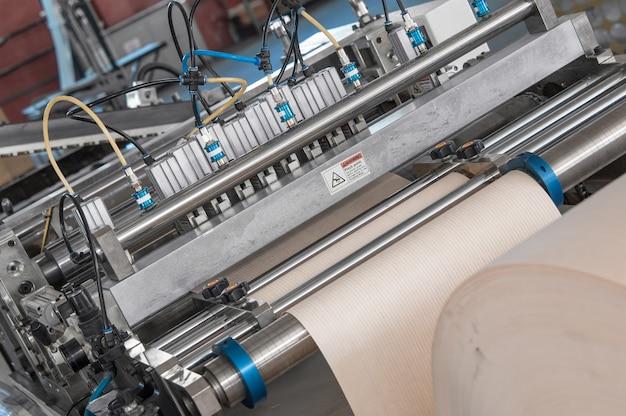 Machines en apparatuur voor het verwerken van karton en papier voor autofilters