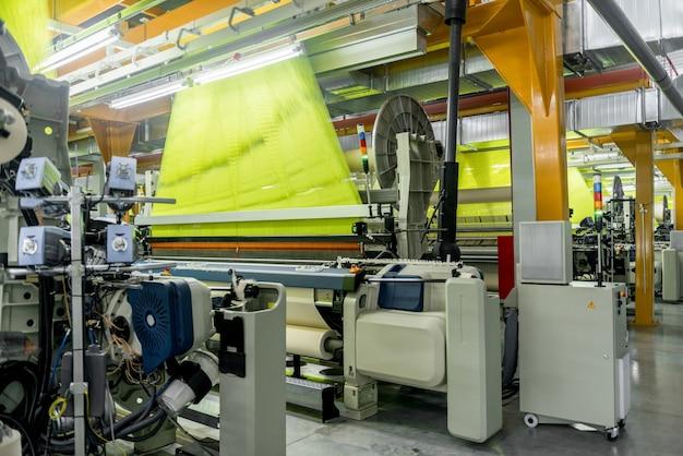 Machines en uitrusting in de weefwinkel interieur van industrieel textielfabrieksweefgetouw