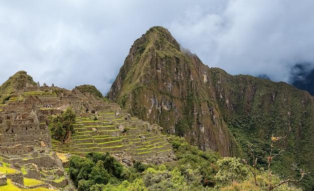 Machu picchu inca stadsruïnes en piek van de berg andes in cusco peru