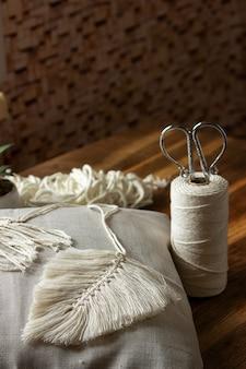 Macramé weven van natuurlijke katoenen draden. woondecoratie in vintage boho-stijl.
