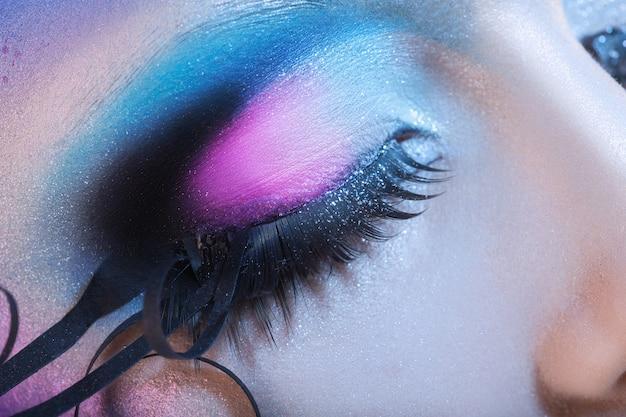 Macro foto van gesloten vrouw oog met veelkleurige make-up