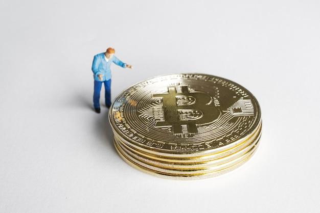 Macro mijnwerkerscijfers die aan bitcoin werken. virtueel cryptocurrency mining-concept