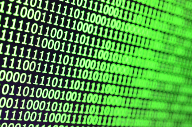 Macro-opname van binaire code op de monitor van een kantoorcomputer.