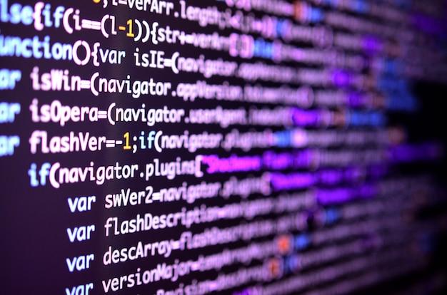 Macro-opname van de opdrachtregel op de monitor van de kantoorcomputer