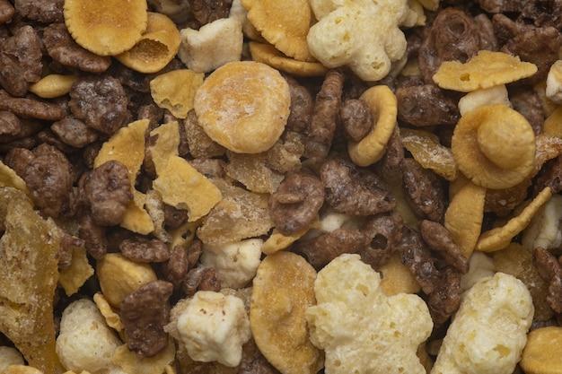 Macro-opname van droog fruit en noten onder het licht